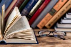 Muitos livros velhos no fundo de madeira A fonte de informação Abra o livro interno Biblioteca home O conhecimento é potência imagem de stock royalty free