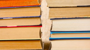 Muitos livros velhos são close-up Páginas de papel coloridos em uma tampa de cartão Fotografia de Stock