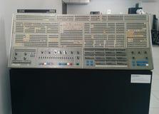Muitos luzes & interruptores etiquetados sobre um computador de IBM do vintage imagem de stock