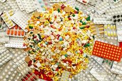 Muitos medicamentação e comprimidos coloridos de cima de Imagens de Stock Royalty Free