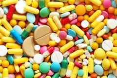 Muitos medicamentação e comprimidos coloridos de cima de Fotos de Stock Royalty Free