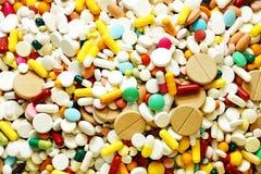 Muitos medicina e comprimidos coloridos Foto de Stock