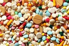 Muitos medicina e comprimidos coloridos Fotografia de Stock Royalty Free