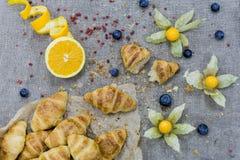 Muitos mini croissant cozidos no pergaminho decorado com physalis foto de stock royalty free