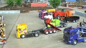 Muitos modelos de controle remoto dos veículos na ação no caminhão do poder de RC mostram vídeos de arquivo