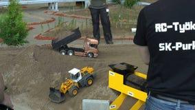 Muitos modelos de controle remoto dos veículos na ação no caminhão do poder de RC mostram filme