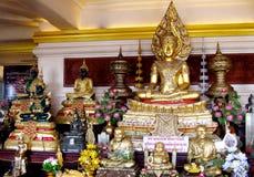 Muitos ouro-coloriram a estátua da Buda no templo budista Imagem de Stock Royalty Free