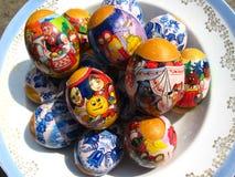 Ovos da páscoa agradáveis com imagens fotografia de stock royalty free
