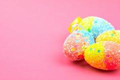 Muitos ovos da p?scoa coloridos em um fundo cor-de-rosa Lugar para o texto fotografia de stock royalty free