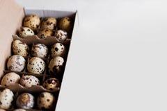 Muitos ovos em um fundo branco Foto de Stock