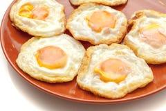 Muitos ovos fritos na placa, pronta para servir, no fundo branco isolado Fotos de Stock Royalty Free