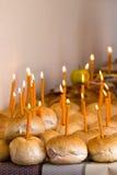 Muitos pães com velas iluminadas Imagem de Stock