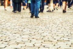 Muitos pés humanos estão na estrada Fotos de Stock Royalty Free