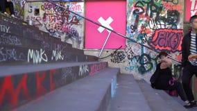 Muitos pés humanos que retrocedem para cima e para baixo as escadas com grafittis Lapso de tempo vídeos de arquivo