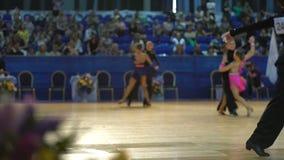 Muitos pares adolescentes refrigeram a dança latino da dança no salão de baile filme