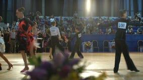 Muitos pares adolescentes refrigeram a dança latino da dança no salão de baile vídeos de arquivo