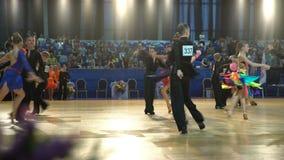 Muitos pares adolescentes refrigeram a dança latino da dança no salão de baile video estoque
