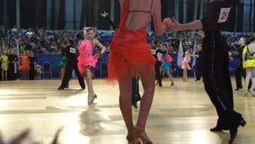 Muitos pares adolescentes refrigeram a dança latino da dança no salão de baile Movimento lento vídeos de arquivo