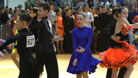 Muitos pares adolescentes refrigeram a dança latino da dança no salão de baile Movimento lento filme