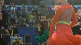 Muitos pares adolescentes refrigeram a dança latino da dança no salão de baile Movimento lento video estoque