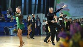 Muitos pares refrigeram a agitação da dança no salão de baile filme