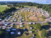 Muitos passos para caravana, campistas e barracas no acampamento, vista aérea foto de stock royalty free