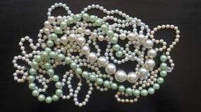 Muitos perolizam colares e braceletes fotografia de stock