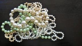 Muitos perolizam colares e braceletes Imagem de Stock