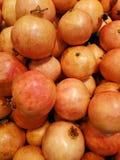 Muitos pomegranets naturais fotos de stock