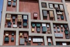 Muitos postboxes não utilizados do metal na parede no centro de Kaliningrad Dia de junho do verão imagens de stock royalty free