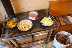 Muitos potenciômetros com vegetais sobre um fogão econômico fotografia de stock