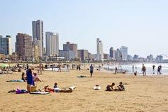Muitos povos apreciam o amanhecer na praia Fotos de Stock Royalty Free