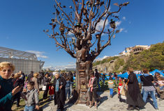Muitos povos com as famílias que andam em Rike estacionam com a árvore do metal de vida Imagens de Stock Royalty Free