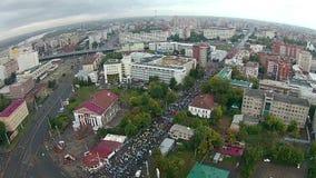 Muitos povos correm uma maratona no centro da cidade video estoque