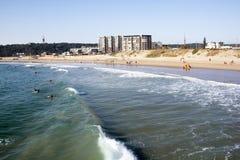 Muitos povos e surfistas na praia da ervilhaca em Durban Foto de Stock