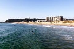 Muitos povos e surfistas na praia da ervilhaca em Durban Fotos de Stock Royalty Free