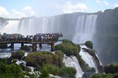 Muitos povos em quedas de Iguassu Fotos de Stock Royalty Free