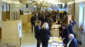 Muitos povos em uma estação de votação durante eleições municipais