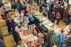 Muitos povos na exposição e na venda Foto de Stock Royalty Free