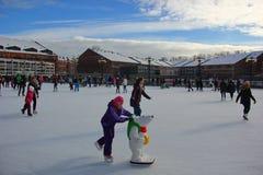 Muitos povos na pista de gelo da cidade Imagem de Stock