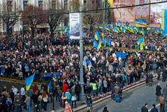 Muitos povos na rua com flags2 Fotos de Stock Royalty Free