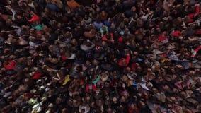 Muitos povos no concerto por uma faixa da música vídeos de arquivo