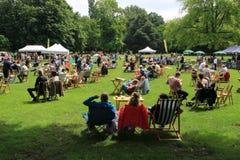 Muitos povos no parque na cidade Rotterdam no verão Fotos de Stock
