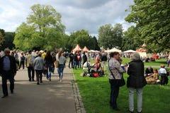 Muitos povos no parque para o evento da música na cidade Rotterdam no verão Fotografia de Stock Royalty Free