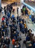 Muitos povos que estão em uma fila para registrar-se em Vnukovo, Moscou fotos de stock