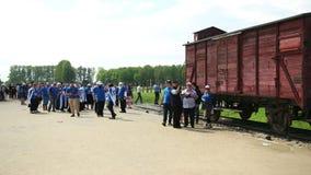 Muitos povos recolheram para honrar a memória de judeus inoperantes no campo de concentração video estoque