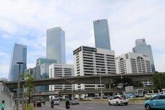 Muitos prédios com a estrada de Jend Sudirman na cidade central de Jakarta fotografia de stock