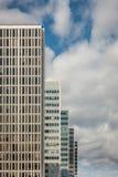 Muitos prédios de escritórios altos velhos em seguido com céu coudy Foto de Stock