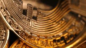 Muitos prateiam e bitcoins dourados video estoque
