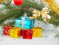 Muitos presentes brilhantes do Natal sob a árvore Fotografia de Stock